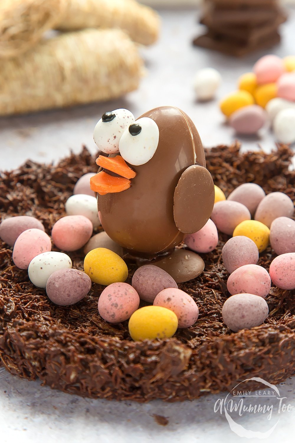 This adorable Easter egg chocolate chick is surrounded by mini eggs on a shredded wheat base. A fun Easter craft for the whole family to enjoy.