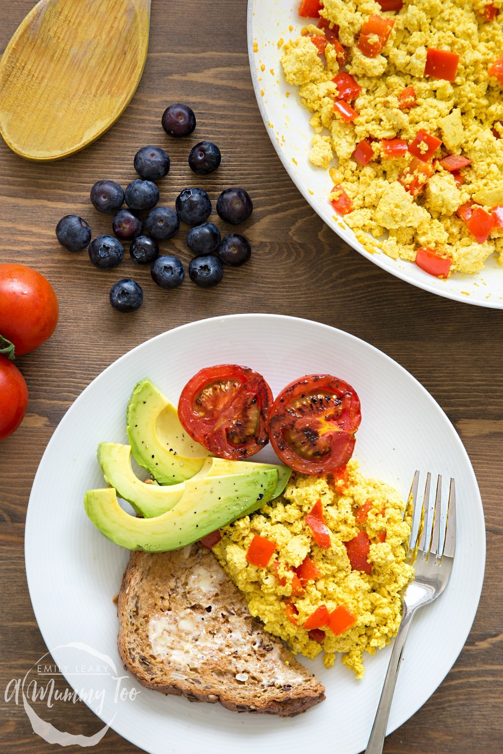 vegan scrambled eggs served with tomatoes, avocado and toast