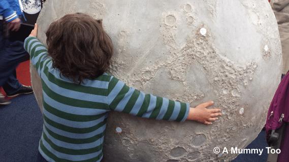 space-centre-hug-the-moon