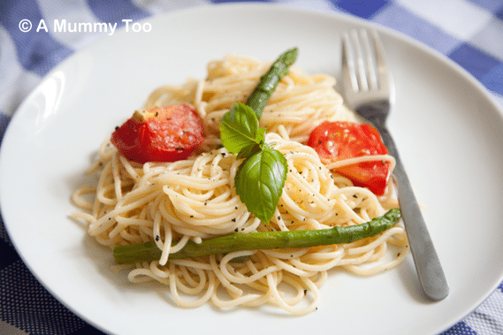 A plate of tomato, asparagus and garlic spaghetti