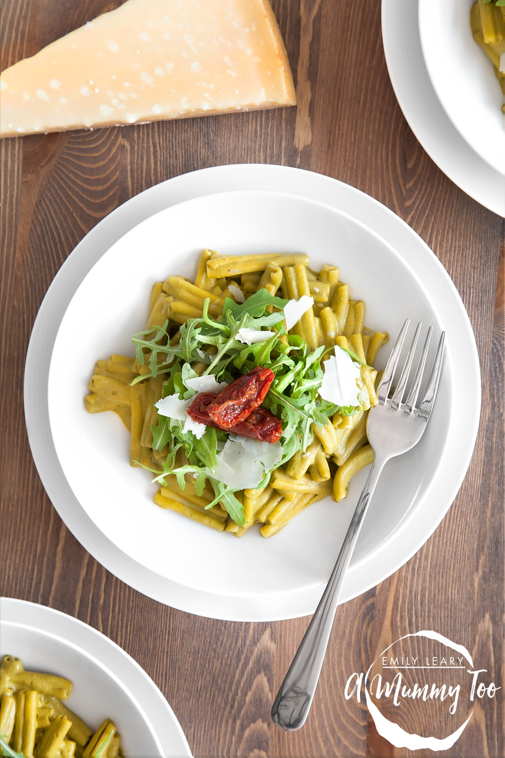 Creamy spinach pasta topped with tomato and rocket