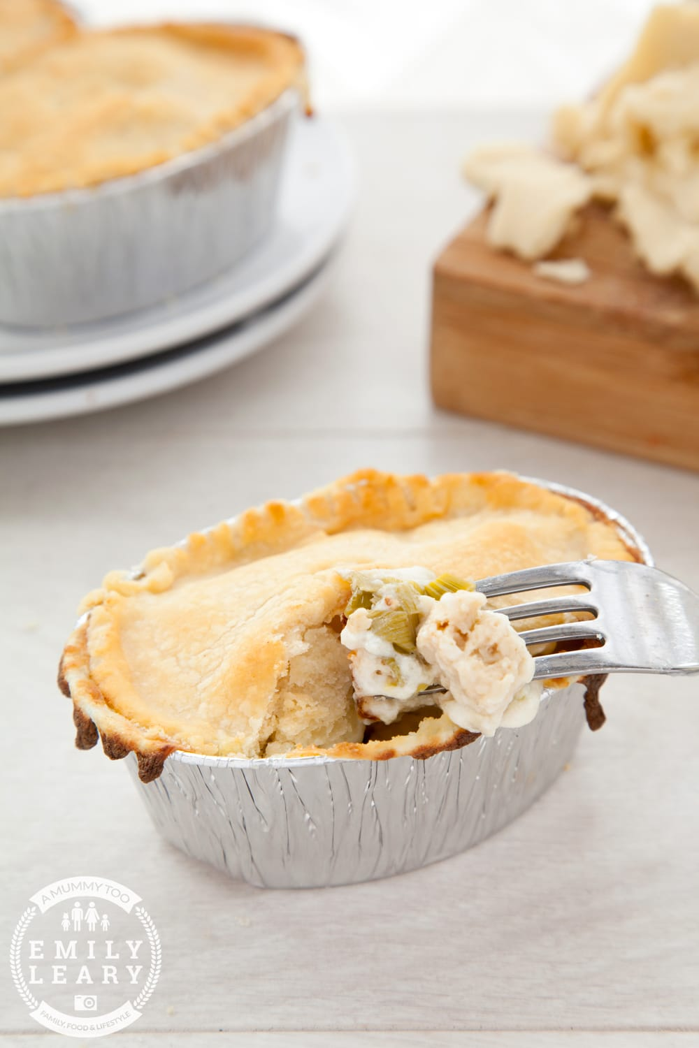Gluten-free, vegetarian pot pies with chicken-style pieces, leeks, peas and a creamy sauce - delicious!