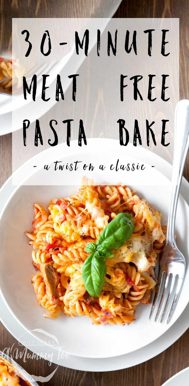 This Quorn pasta bake is meat free and takes only 30 minutes to make! Enjoy this twist on a classic sausage pasta bake. Find the recipe at A Mummy Too #recipe #pastabake #vegetarian #Quorn