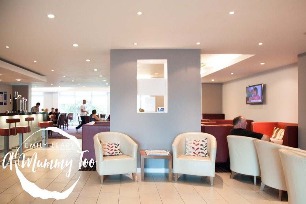 holiday-inn-express-doncaster-lobby-and-bar