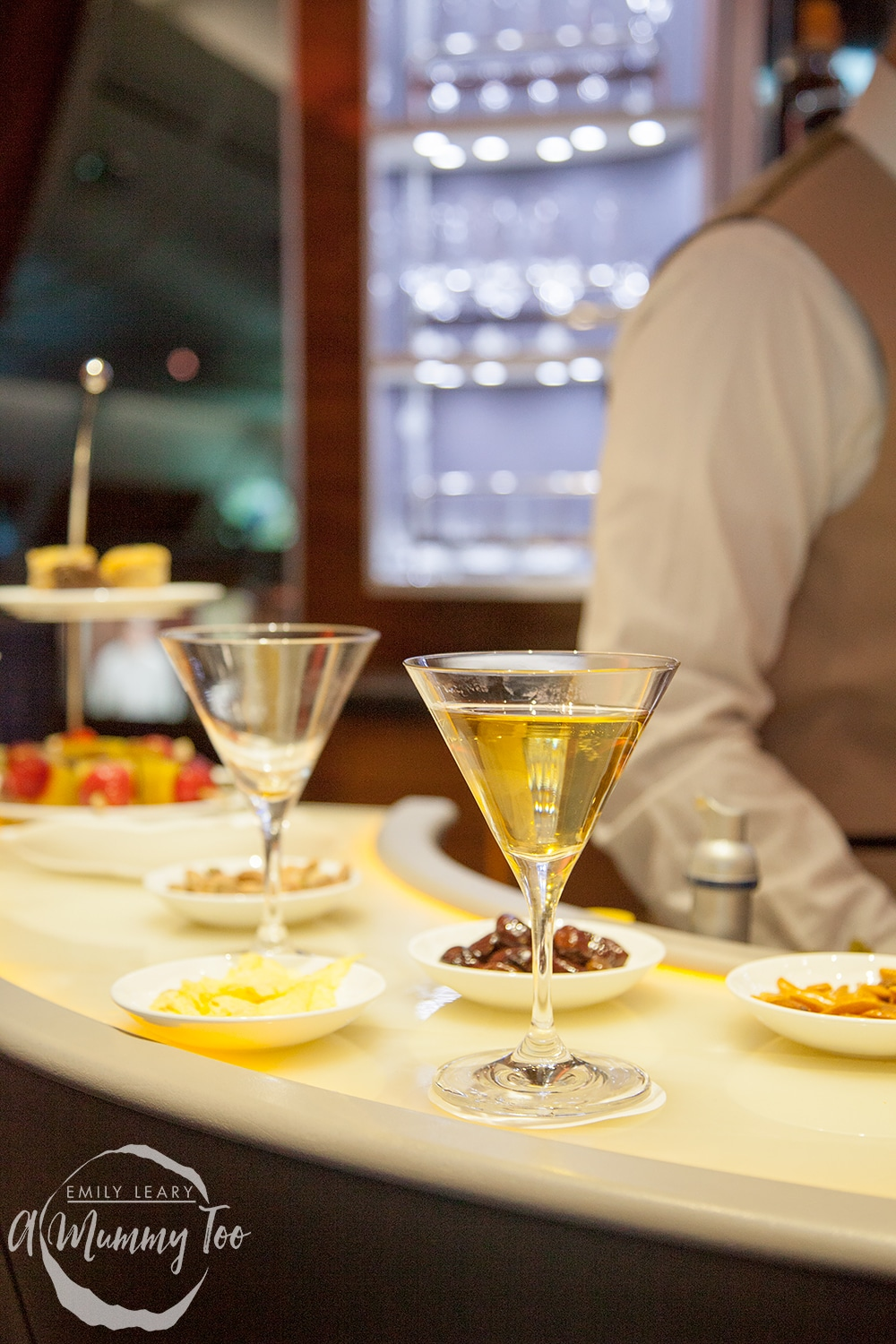 emirates-flight-to-dubai-business-class-cocktails-at-the-bar