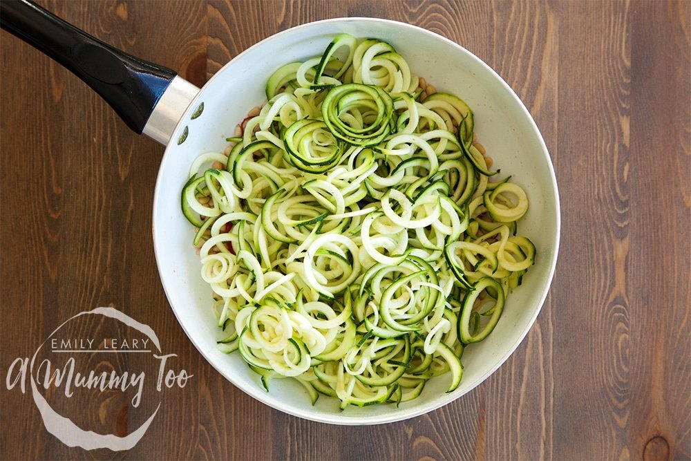 Preparing the courgette to accompany the whole wheat pasta