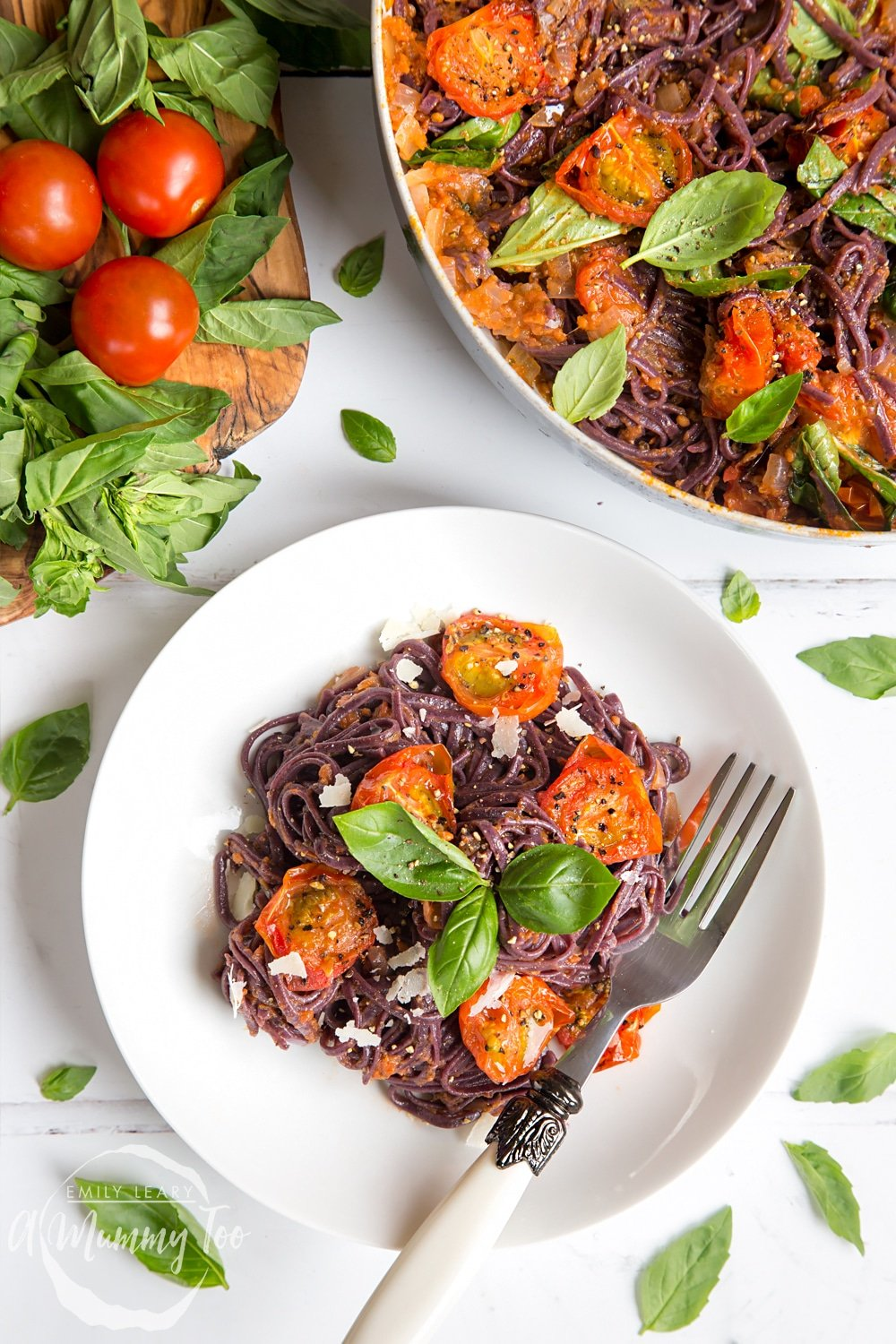 This black spaghetti with roasted tomatoes is full of flavour, vegan and gluten free!