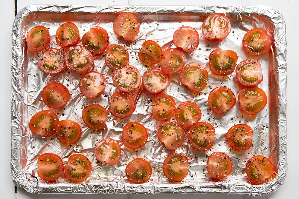 Preparing the cherry tomatoes for the black spaghetti with roasted tomatoes dish