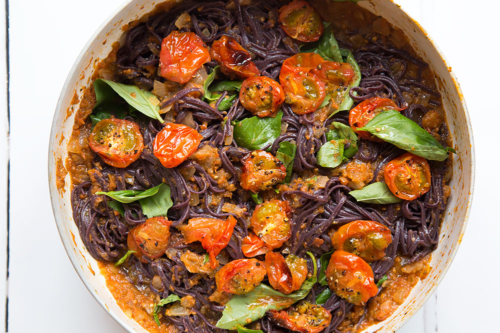 Bringing the ingredients for the black spaghetti with roasted tomatoes dish together