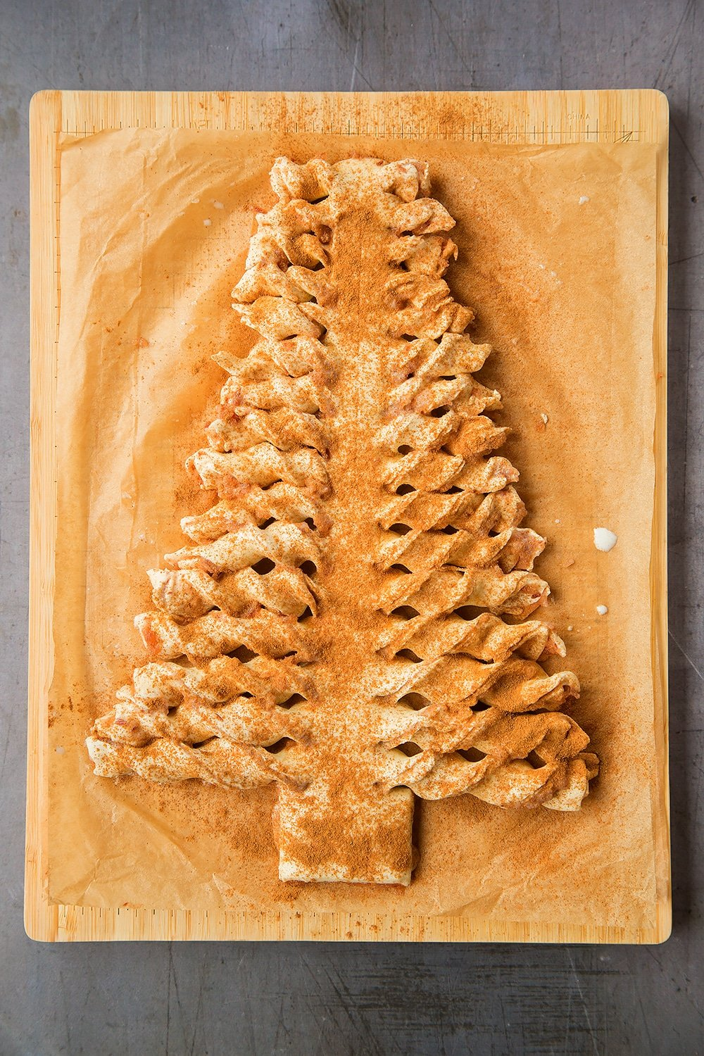 Sprinkle your puff pastry Christmas tree with cinnamon