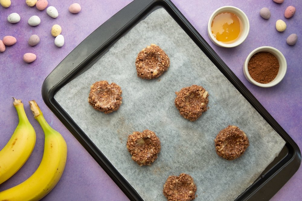 Create a nest shape in the cookie balls