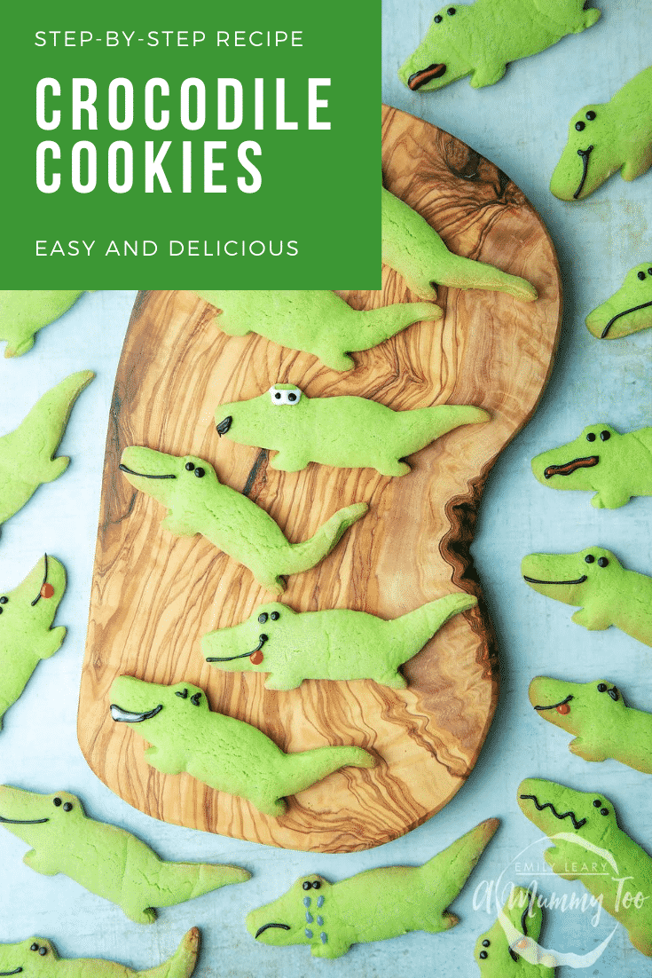 graphic text STEP-BY-STEP RECIPE CROCODILE COOKIES EASY AND DELICIOUS about Crocodile sugar cookies served on a wooden plate with a mummy too logo in the lower-right corner